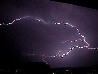 Blitz unterhalb Gewitterwolke